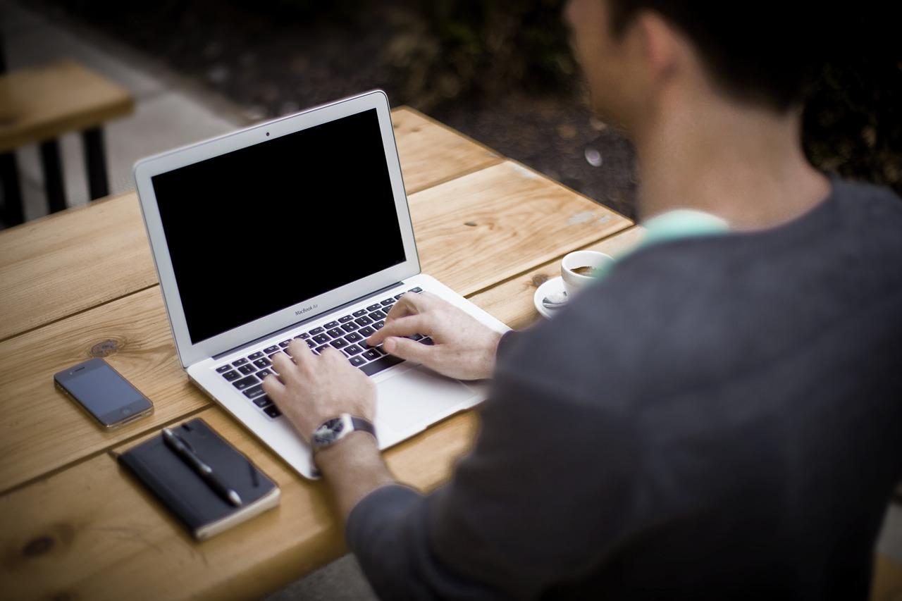 Dziś testujemy absolutną nowość od Apple, laptop 15-calowy, który wprowadzony został na rynek w bieżącym roku